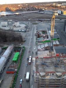 Soluppgång över Stockholm, trafik och fler hus på väg upp.